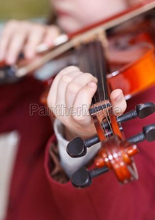 girl plays on violin chord