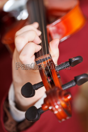 girl plays on fiddle chord