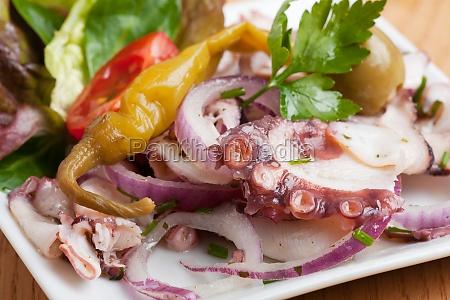 oktopussalat mit zwiebel