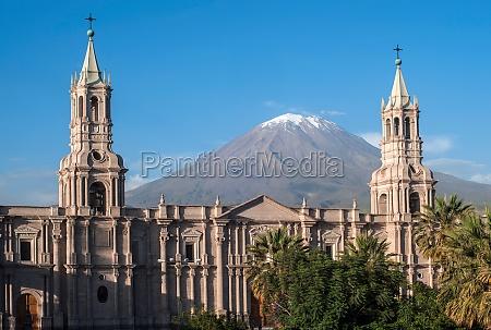 volcano el misti overlooks the city