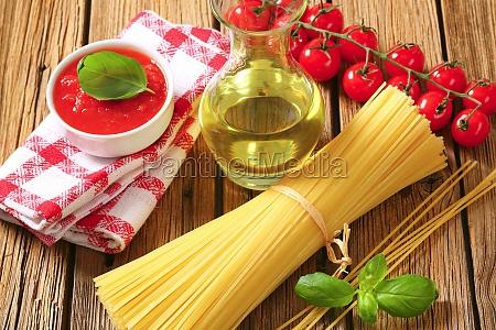 dried spaghetti tomato puree and olive