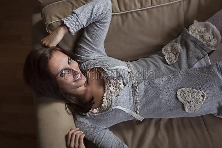 frau liegt auf einer couch