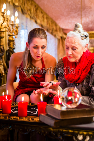 hellseherin during a seance with tarot