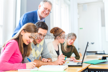 profesor de interrogatorio estudiantil en la