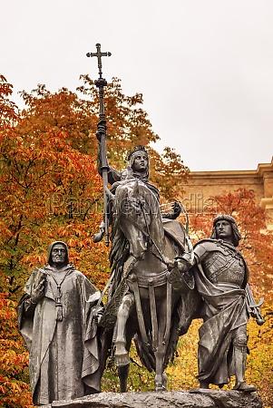 queen isabella statue marching into granada