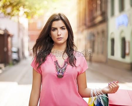 smuk kvinde med indkobspose pa gaden