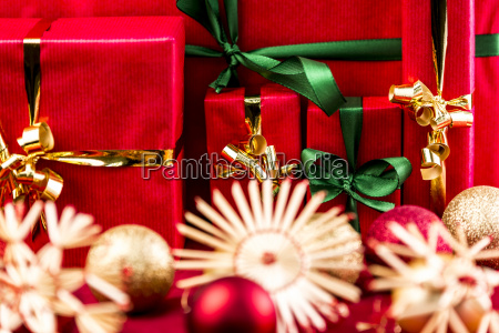 five red xmas gifts with bows