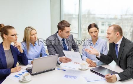business team mit laptop die diskussion