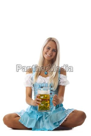 frau in einem bayerischen dirndl