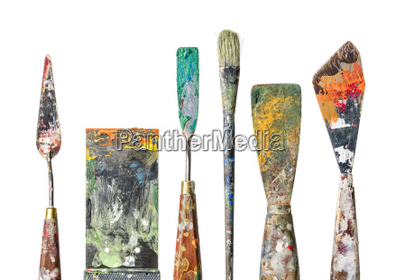 various malspachtel and brushes against white