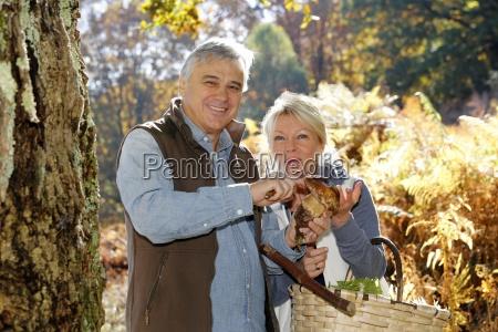 starsza para w lasowych mienie ceps