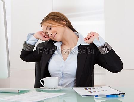 forretningskvinde udstraekning i office