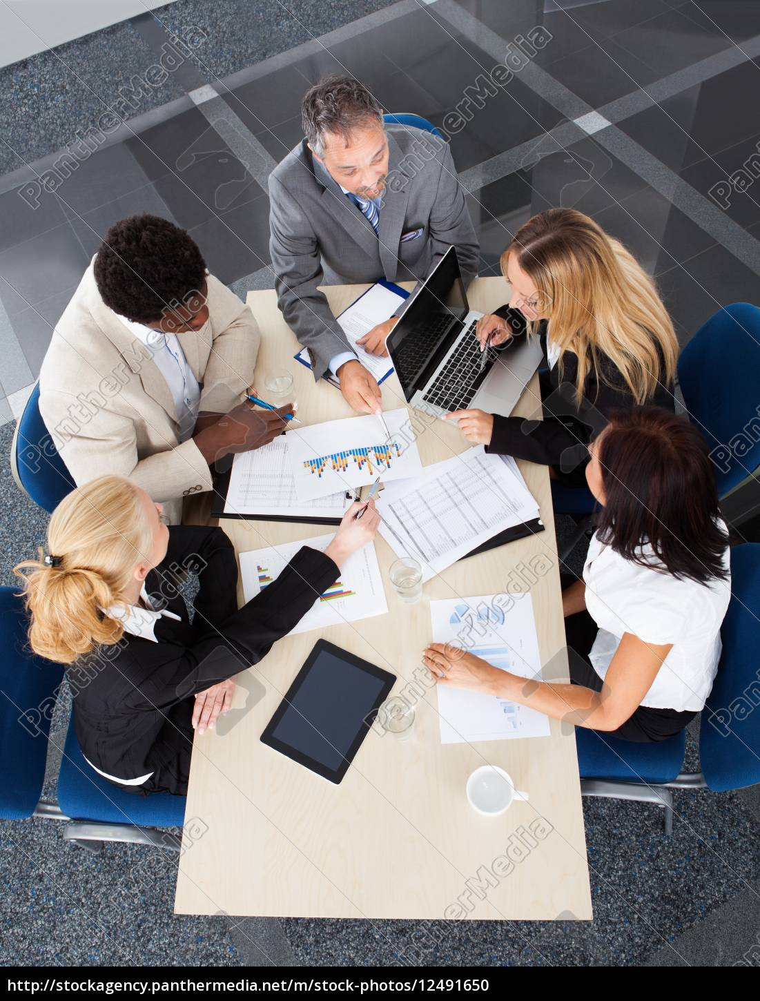 group, of, businesspeople, discussing, together - 12491650