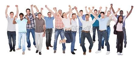 un gran grupo de empresarios emocionados