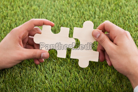 hands, connecting, two, puzzle, pieces - 12543114
