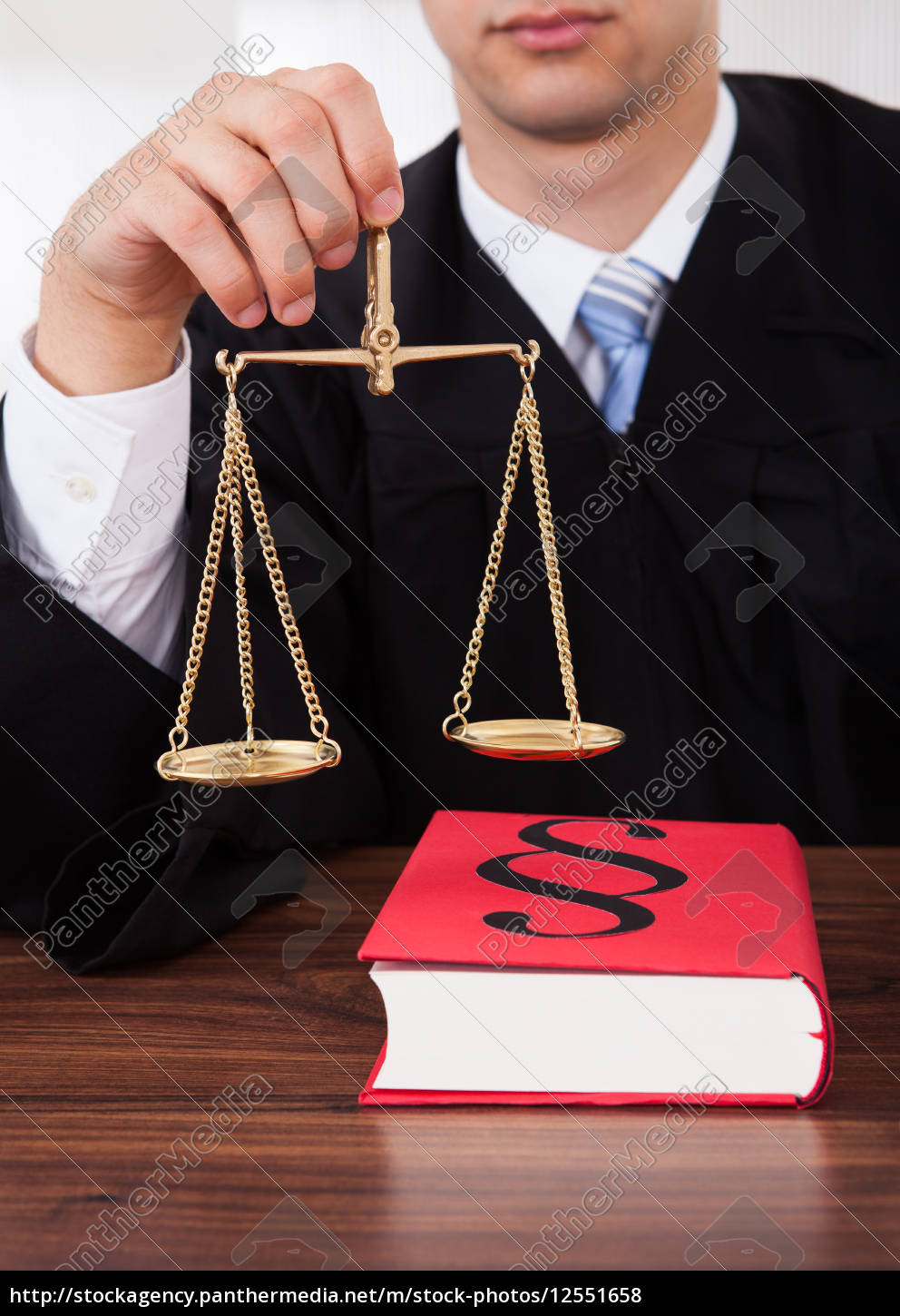 judge, holding, weight, scale, in, courtroom - 12551658