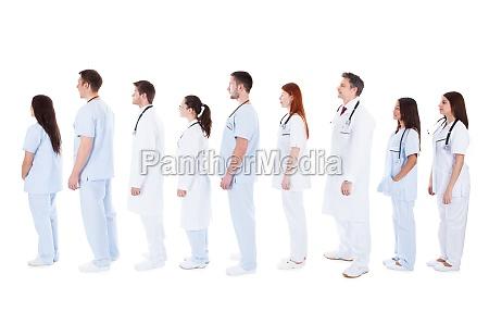 stor gruppe af medicinsk personale staende