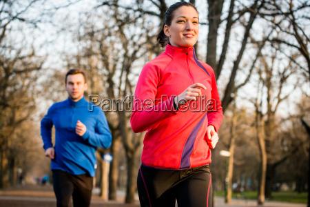 couple jogging sammen