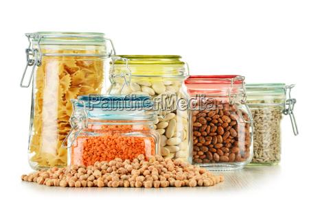 glaeser mit getreidefutter isoliert auf weiss
