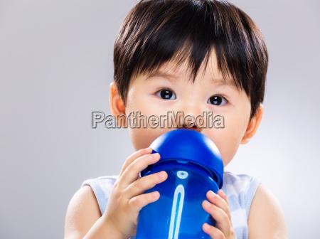 little baby drink water form bottle