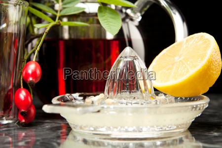 hagebuttentee with lemon in glass