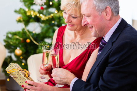 verliebtes retired couple celebrating christmas with