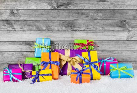 regalos de navidad organizados sobre fondo