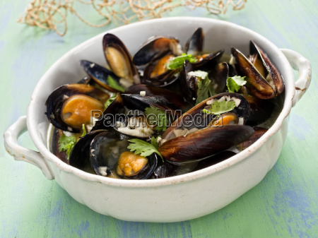 rustic black mussel in garlic white