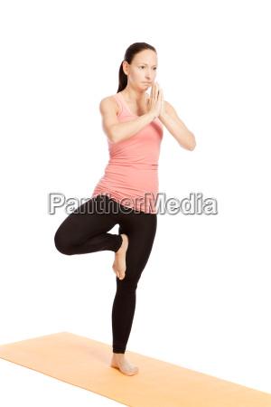 yogauebung auf der matte vrikshasana