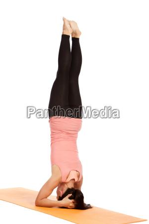 yogauebung auf der matte shirshasana