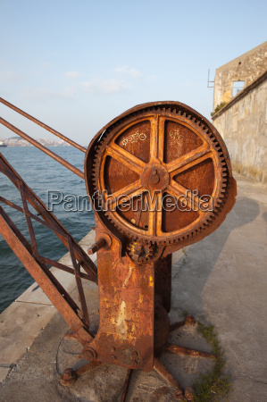 river crane rusty gear