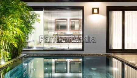 luksus hotelvaerelse med swimmingpool og palmer
