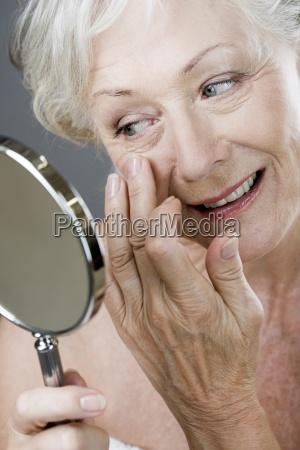 mujer risilla sonrisas primer plano interior