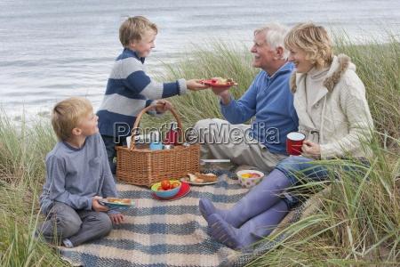 dziadkow i wnukow cieszacy piknik w