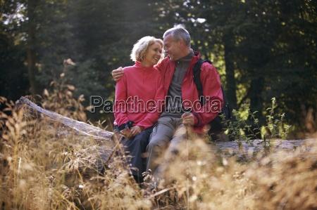 una pareja madura sentada en un