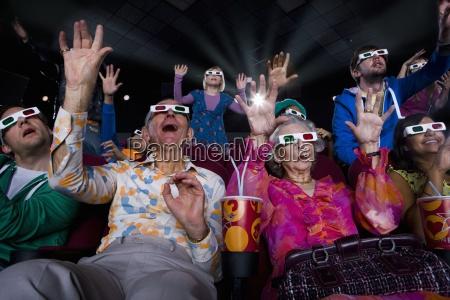 audiencia pelicula en 3d gafashaciendo carasbrazos
