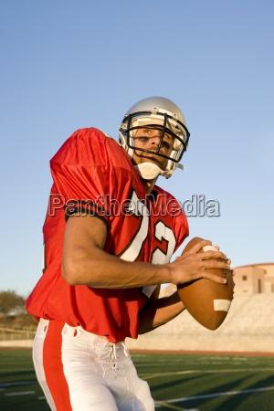 quarterback di football americano in striscia