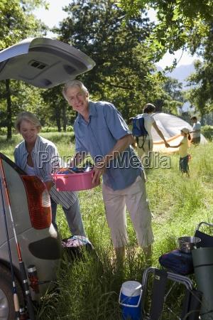 multi generationen familie auto auf camping