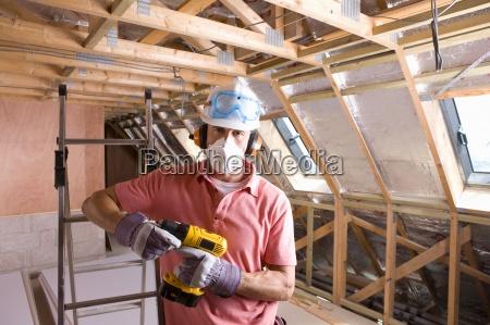 trabajador de la construccion con mascara