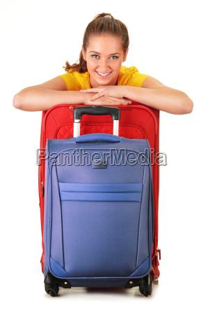 mujer joven con maletas de viaje