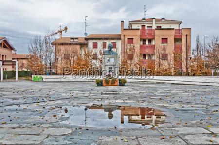 monument to vladimir lenin in cavriago