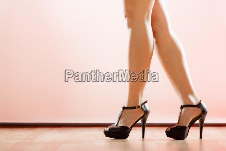 sapatos de salto alto na pernas