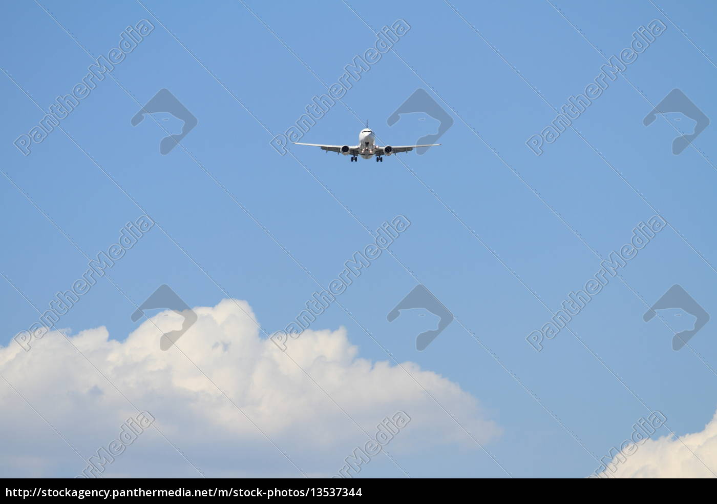 airplane, landing, at, haneda, airport, (b737) - 13537344