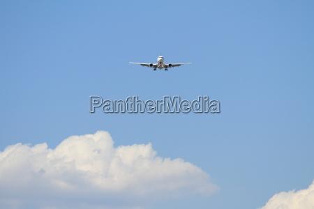 airplane, landing, at, haneda, airport, (b737) - 13537344