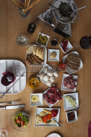 fondue auf einem tisch von oben