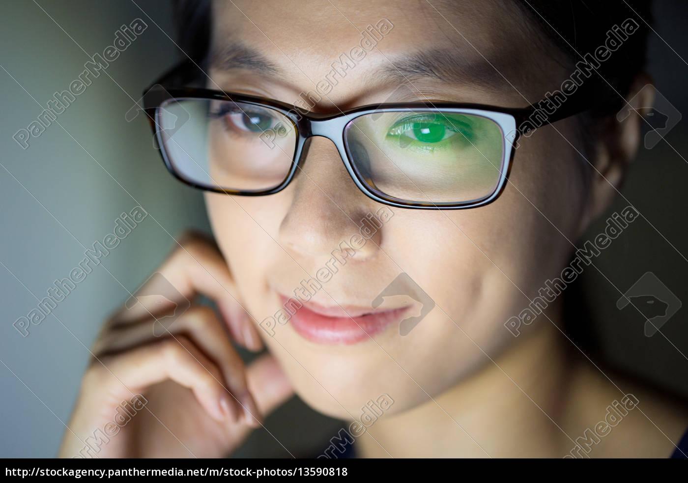 woman, look, at, computer, screen - 13590818