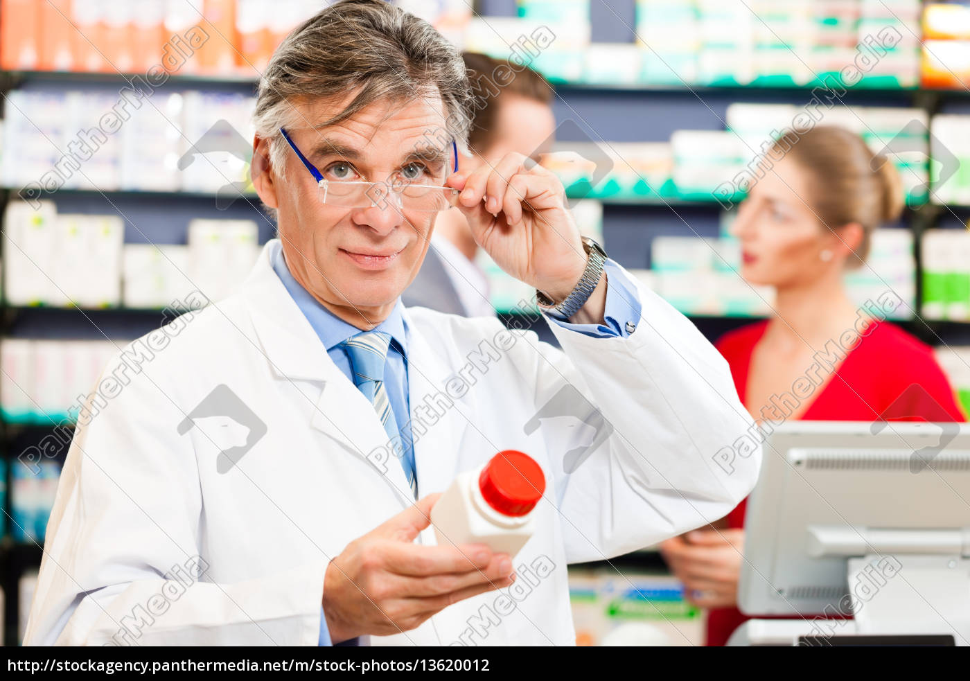 pharmacist, in, his, pharmacy, with, customers - 13620012