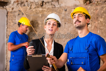 discuss architect and construction workers on