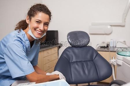 dentista en la mascara quirurgica sonriendo