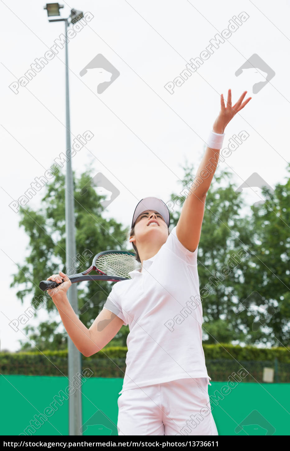 focused, tennis, player, serving, the, ball - 13736611